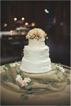 O casamento no campo combina com uma decoração mais informal e até mesmo rústica | Rustic wedding cake in white