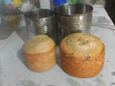 assando bolo em latas
