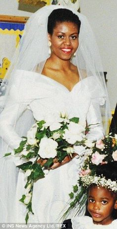 First Lady Of The United States Michelle Obama Wedding Michelle Und Barack Obama, Barack Obama Family, Michelle Obama Fashion, Malia Obama, Obamas Family, Celebrity Wedding Dresses, Celebrity Weddings, Presidente Obama, Malia And Sasha