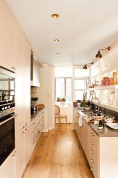 Cocina en dos frentes paralelos, con comedor al fondo y gran pared acristalada_00336064