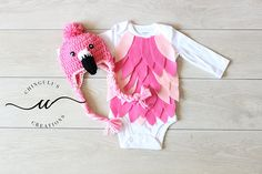 Flamingo Costume - Baby Bodysuit and Crochet Flamingo Hat Set Best Toddler Halloween Costumes, Flamingo Halloween Costume, Diy Baby Costumes, Pink Halloween, Bird Costume, Toddler Costumes, Halloween 2017, Family Halloween, Halloween Ideas