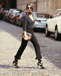 All black and poa blouse - arriving at @rebeccaminkoff show! ❤️ #nyfw #streetstyle (📸 @leofaria) -------- Preto total e poa, para o desfile de #RebeccaMinkoff hoje! A neo gladiadora atualiza o look para a nova temporada! Gostam?