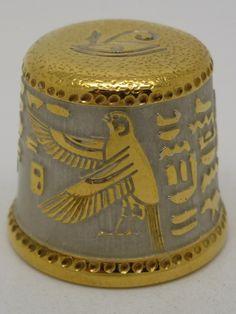Dedal con motivos egipcios. Metal grabado estilo Zlatous chapado en oro y níquel. Zlatkis. 2014. Rusia.Thimble-Dedal-Fingerhut.