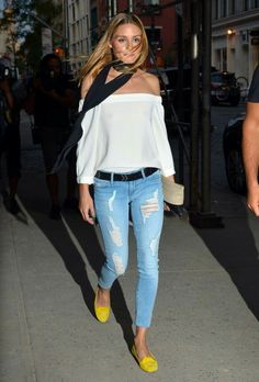 Olivia Palermo Ripped Jeans - Olivia Palermo grunged up her top with ripped skinny jeans by Black Orchid. Olivia Palermo Outfit, Estilo Olivia Palermo, Olivia Palermo Lookbook, Olivia Palermo Style, Neue Outfits, Style Outfits, Cool Outfits, Casual Outfits, Fashion Outfits