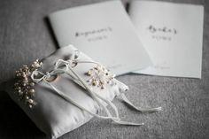 アゲートのリングピローが大人可愛いと人気。簡単な作り方をご紹介 | ARCH DAYSリングピロー 装飾アイテム / WEDDING | ARCH DAYS Wedding Ring Vector, Wedding Rings, Ring Pillows, Ring Pillow Wedding, Pillow Box, Ring Bearer, Modern Rustic, Wedding Photos, Wedding Ideas