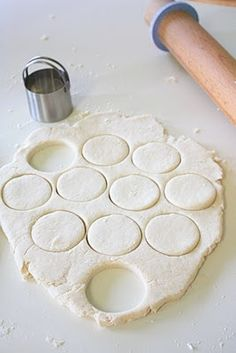 Two-Ingredient Homemade Biscuits. Yep, you read correctly, homemade biscuits using only two ingredients! All you need is cream and self-rising flour. The fat is in the cream, and the self-rising flour provides the salt and leavening. Breakfast And Brunch, Breakfast Recipes, 2 Ingredient Biscuits, Great Recipes, Favorite Recipes, Amazing Recipes, Cream Biscuits, Homemade Biscuits, Easy Biscuits