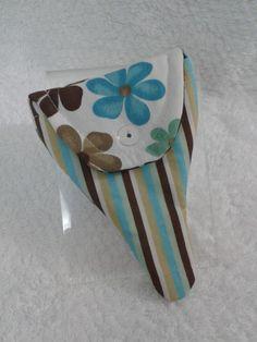 Porta alicate de cutícula de bolsa, confeccionado em tecido 100% algodão e fecha com botão de plástico. <br> <br>Fotos ilustrativas, o alicate de cutícula não está a venda, portanto não acompanha o porta alicate de cutícula.