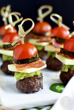 Bacon Jalapeno Guacamole Cheeseburger Bites with Chipotle Mayo - Iowa Girl Eats Game Day Snacks, Snacks Für Party, Appetizers For Party, Appetizer Recipes, Meat Appetizers, Sandwich Bar, Burger Bar, Catering Food, Catering Display