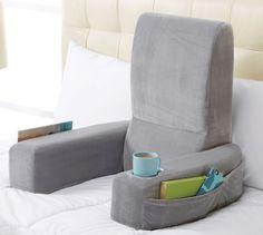 Almohada para trabajar desde la cama  Esta almohada se dobla como una silla y tiene todo lo que necesitamos: un lugar para apoyar el café y algunos compartimentos para nuestros papeles
