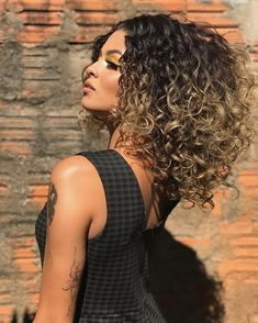 2020 Shapely Curly Bob Haircuts-Try This Season - Ombre Curly Hair, Colored Curly Hair, Curly Hair Tips, Short Curly Hair, Curly Hair Styles, Curly Bob, Wavy Weave Hairstyles, Pretty Hairstyles, Bob Haircut Curly