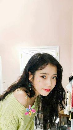 Birthday : Nationality : Korea Height : Formed by : LOEN Entertainment Beautiful Asian Girls, Beautiful People, Snsd, Wallpaper Aesthetic, Korean Actresses, Poses, Korean Singer, Girl Crushes, Kpop Girls