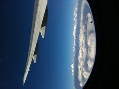 비행기 창밖 저 멀리 히말라야의 설산들