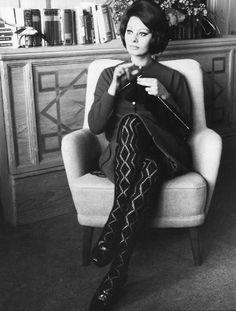 Sophia Loren knitting