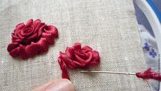 Предлагаю вам ещё один небольшой урок по вышивке лентами. Этот способ я часто применяю в работе, он прост и эффективен. Можно менять ширину лент, сочетать ленты разных оттенков в одном цветке. Также можно вышить розу, например, белой лентой и подкрасить её затем акриловой краской. Получится такая розочка в стиле шебби-шик: Для работы потребуется: игла с толстым ушком, лента шириной 0,6 мм (можно…