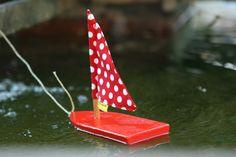 Das Freiburger bächle Boot schwimmt im Offenburger Neptunbrunnen Foto: Miriam Noll www.dasbewegtwild.de