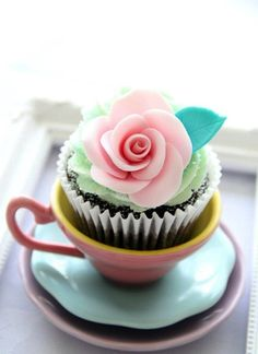 Very Pretty Cupcakes. love the placement of the cupcakes. Pretty Cupcakes, Beautiful Cupcakes, Yummy Cupcakes, Cupcake Cookies, Teacup Cupcakes, Cupcake Fondant, Cupcake Toppers, Cake Pops, Shabby Chic Cupcakes
