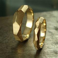 Warmen goldenen Facetten... Breite Facetten umfassen die Fläche von diese (100 % recycelt) 14 k gold Ringe erstellen gemeißelt sehen. Sie haben weich satiniertem auf der Außenseite, während im Inneren ein glänzend hohe Polnisch ist. Die Facetten fangen und reflektieren Licht geben