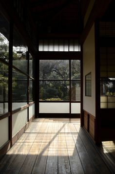 Traditional Japanese Interior { perfect example of traditional look having clean lines that that are timeless, design well don't be trendy and live with it } Japanese Interior Design, Japanese Design, Japanese Art, Japanese Homes, Japan Interior, Japanese Textiles, Japanese Gardens, Japanese Style, Architecture Design