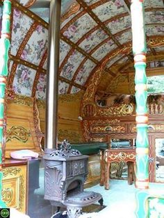 Caravan Gypsy Vardo Wagon: The interior of a wagon. Gypsy Trailer, Gypsy Home, Gypsy Living, Shepherds Hut, Vintage Gypsy, Vintage Caravans, Bohemian Gypsy, Gypsy Style, Hippie Style
