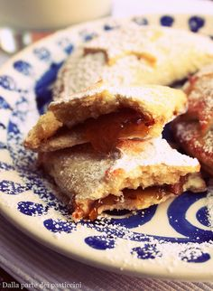 Mezzelune di frolla alla confettura di fichi   Half moon-shaped shortcrust pastry cookies with figues jam)