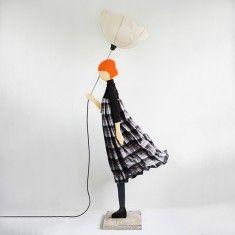 Ξύλινο γλυπτό φωτιστικό, ξύλινο γλυπτό κορίτσι με ομπρέλα, φωτιστικό δαπέδου.