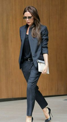klassisch, nicht streng! weitere Hosen - bequem! lockere Blusen, nicht zu tiefer Ausschnitt keine High Heels!!!