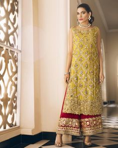 fashions ❤️Throwback to this stunning heavy formal ? Shadi Dresses, Pakistani Formal Dresses, Pakistani Wedding Outfits, Pakistani Dress Design, Bridal Outfits, Indian Dresses, Indian Outfits, Designer Party Wear Dresses, Indian Designer Outfits