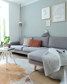 Inspiration and ideas for a gray living room sofa InteriorTwin - 7 living styles with shopping tips for a gray sofa in the living room. Like the gray sofa in Scandi - Small Living Room Design, Living Room Colors, Living Room Grey, Living Room Modern, Living Room Sofa, Living Room Designs, Living Room Decor, Farmhouse Living Room Furniture, Interior Rugs