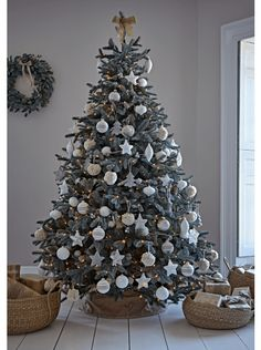 Charming outdoor christmas tree decorations you should try this year 50 Outdoor Christmas Tree Decorations, Spruce Christmas Tree, Frosted Christmas Tree, Elegant Christmas Trees, Christmas Tree Inspiration, Christmas Tree Design, Black Christmas, Christmas Tree Themes, Rustic Christmas