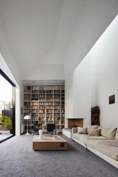 moquette couleur gris, canapé couleur beige, table basse design en bois, intérieur minimaliste, plafond blanc