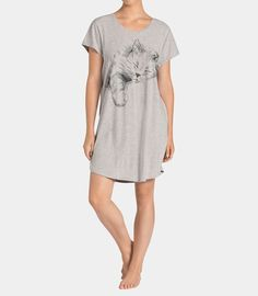 Popularna koszulka nocna z krótkim rękawem wykonana z przyjemnej dla ciała bawełny. Urocze motywy sprawiają że będziesz chciała ją mieć w każdym kolorze.