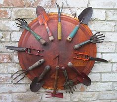 Creative DIY Repurposed Garden Tools Ideas - FarmFoodFamily Loooking for inspiring garden ideas? Why not use your old garden tools? Check out these awesome diy repurposed garden tools ideas. Old Garden Tools, Garden Junk, Old Tools, Gardening Tools, Rusty Garden, Organic Gardening, Garden Tool Organization, Garden Tool Storage, Yard Art