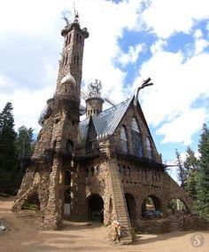 En el bosque nacional Santa Isabel en Colorado, un castillo medieval construido hace 40 años por Jim Bishop. Comenzó la construcción en la edad de 15 años
