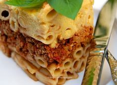 Pastitsio Perfetto even comes alongside a rich vegan Béchamel sauce.