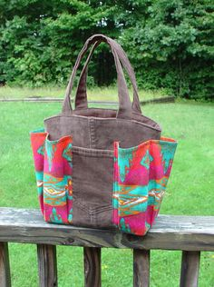 Handmade inspiration // bingo bag // link not good // creator stated she made pattern for her mother in law to play weekly bingo // sew crafty Bag Patterns To Sew, Sewing Patterns, Sewing Ideas, Bingo Bag, Small Sewing Projects, Craft Bags, Denim Bag, Quilted Bag, Fabric Bags