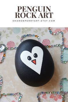 gemalter Stein -Pinguin-Herz-Felsen-Kunst, gemalter Stein - Panda Cell Phone Bag - Easy Rock Painting Ideas For Fun Rock Painting Patterns, Rock Painting Ideas Easy, Rock Painting Designs, Paint Designs, Rock Painting Kids, Stone Art Painting, Heart Painting, Pebble Painting, Pebble Art