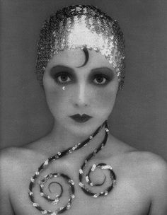 Flapper-inspired makeup look
