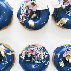 What a lovely wedding dessert idea! These unique and delicious blue donuts are the perfect food to sin! Unique Desserts, Köstliche Desserts, Wedding Desserts, Delicious Donuts, Delicious Desserts, Yummy Food, Nectar And Stone, Blue Donuts, Wedding Donuts