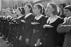 Салют Зогу - Школьницы салютуют. 1938 год.- В королевской Албании существовала своя особая форма приветствия. Правая рука прижатая к груди ладонью вниз. Она возникла после 1928 года когда Албания стала монархией. Первоначально использовалась полицией, позже королевской армией и остальным обществом. В основном попадаются фотографии салютующих женщин.