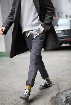 fresh take on sportswear and traditional menswear. death-by-elocution: Peeking plaid. Style Casual, Men Casual, My Style, Style Blog, Look Fashion, Winter Fashion, Mens Fashion, Fashion Mode, Men Street
