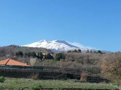 Oggi giornata in fumo per l'elegante #Etna #vulcano attivo più alto #Europa Today's smoking day Majestic Etna highest #active #volcano in #Europe #thatswhySicily #travel @Airbnb #wine #sun #snow UNESCO Heritage