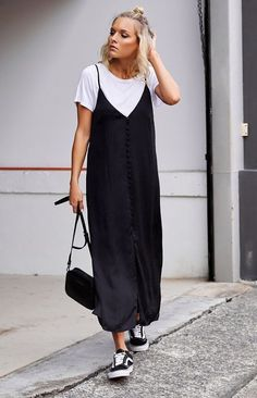 Slip dress: 40 looks sexy, feminine and sexy for a veil - Street Style Slip Dress Outfit, Black Slip Dress, Casual Long Black Dress, Cute Dress Outfits, Dress Ootd, Nice Dresses, Casual Dresses, Casual Outfits, Beautiful Summer Dresses