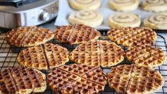 Kanelboller stekt i vaffeljern   Godt.no Norwegian Food, Stop Eating, Love Is Sweet, Scones, Cake Recipes, Yummy Recipes, Nom Nom, Sweet Tooth, Favorite Recipes