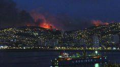 Un incendio amenaza Valparaíso | Fotografía | EL PAÍS   El humo del gran incendio se eleva sobre la ciudad chilena de Valparaíso.  LUCAS ALVARADO (REUTERS)