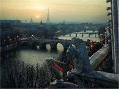 Louboutin espalha seus sapatos pela cidade - Paris: Ela