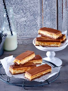 Snickers selber machen - so einfach geht's! Gourmet Desserts, Dessert Recipes, Homemade Snickers, Sweet Bakery, Snacks Für Party, Delicious Chocolate, Finger Foods, Yummy Recipes, Sweet Treats