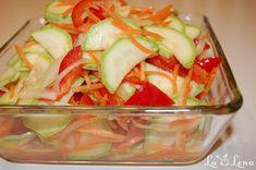 Specificul acestei salate este ca dovleceii sunt cruzi, nu trebuie prelucrati termic dar dupa marinare si in combinatie cu celelalte legume au un gust foarte bun. Sotul initiatl a fost sceptic, dar dupa degustare nu prea se putea opri. Salata este foarte racoritoare, gustoasa si merge bine in orice sezon pe langa o garnitura de carne, cartofi, orez, etc. Vegan Recipes, Cooking Recipes, Viera, Barbecue, Potato Salad, Zucchini, Cabbage, Good Food, Vegetarian