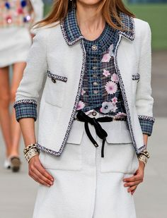 Find tips and tricks, amazing ideas for Chanel resort. Discover and try out new things about Chanel resort site Fashion 2020, Runway Fashion, Fashion Outfits, Paris Fashion, Chanel Style Jacket, Chanel Coat, Mode Mantel, Elisa Cavaletti, Chanel Resort