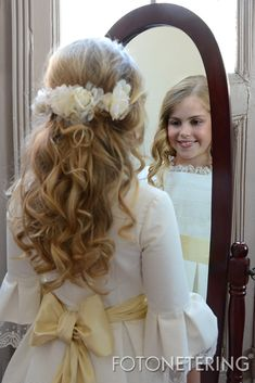 First communion hair ideas Belle Hairstyle, Flower Crown Hairstyle, Flower Girl Hairstyles, Little Girl Hairstyles, Communion Hairstyles, Hair And Beauty Salon, Communion Dresses, Bridal Updo, Hair Trends