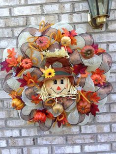 How to make a scarecrow in 62 fun illustrations Today's theme is how to make a scarecrow. When autumn is upon us, we want to protect the garden from birds interested in plants and cultivated trees. Christmas Mesh Wreaths, Thanksgiving Wreaths, Fall Wreaths, Diy Christmas, Dollar Tree Halloween Decor, Halloween Crafts, Halloween Wreaths, Wreath Crafts, Diy Wreath